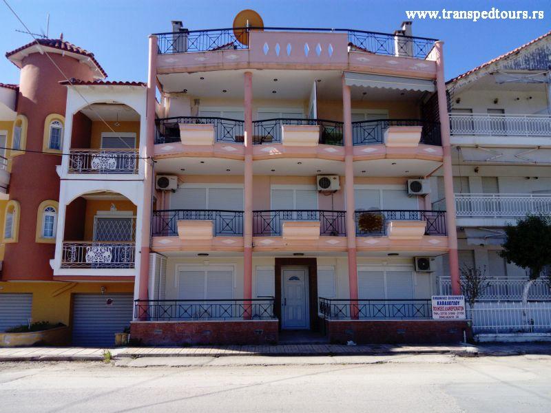 Apartmani FILO se nalaze na oko 80 metara udaljenosti od mora, u pravcu ka Nea Plaji. Četvorokrevetni apartman smešten je na prvom spratu, veoma je prostran i namenjen je za boravak četiri do pet osoba. Poseduje dnevni boravak sa kuhinjom u okviru kog se nalaze dva kauča na razvlačenje, odvojenu spavaću sobu sa francuskim krevetom, kupatilo sa kadom i dve prostrane terase. Kuhinja je opremljena sa šporetom, velikim frižiderom sa komorom za zamrzavanje i neophodnim posuđem i priborom. Jedna tersa na koju se izlazi iz kuhinje gleda na ulicu ka gornjoj Flogiti, dok druga na koju se izlazi iz spavaće sobe gleda u pravcu mora.
