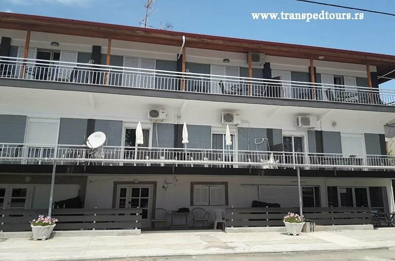 Četvorokrevetni duplex apartmani su na prvom i drugom spratu. Sastoje se od kuhinje, dve odvojene spavaće sobe (sa dva singl ležaja), kupatila i terase sa pogledom na dvorište.
