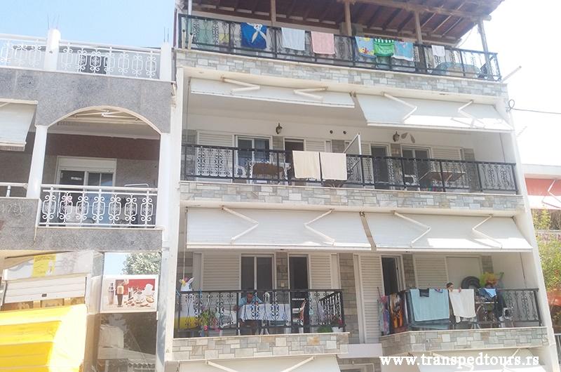 Četvorokrevetni duplex apartman se nalaze na drugom spratu sa pogledom ka dvorištu i sastoji se od kuhinje (šporet ili rešo, veliki frižider i potrebno posuđe) i dve spavaće sobe (u jednoj dva odvojena ležaja a u drugoj francuski ležaj), kupatila i velike terase.